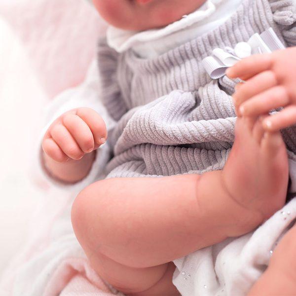 bebe reborn emma con manta y peluche 1